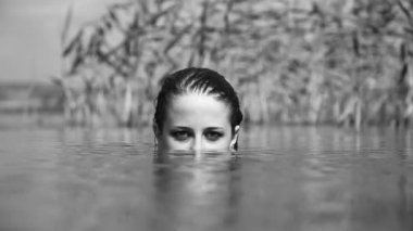 Girl in the river. Video in noisy black and white style — Stok video