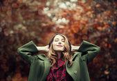 在美丽的秋天胡同样式的红发女孩. — 图库照片