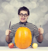 The young mad men try to eat two apples and pumpkin. — Fotografia Stock
