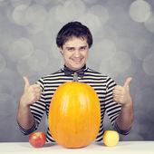Lustige Männer mit zwei Äpfeln und einem Kürbis. — Stockfoto