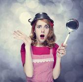Redhead huisvrouw met soep pollepel — Stockfoto