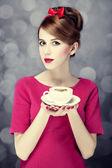 Rothaarige mädchen mit kaffeetasse. st. valentin — Stockfoto