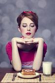 Vacker flicka med toast och kefir. — Stockfoto