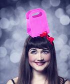 プレゼント ボックスを飛び回るブルネットの少女. — ストック写真