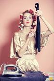 Casalinga con ferro e arricciacapelli — Foto Stock