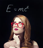 Redhead student in de buurt van blackboard. — Stockfoto