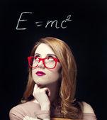 étudiante rousse près de tableau noir. — Photo