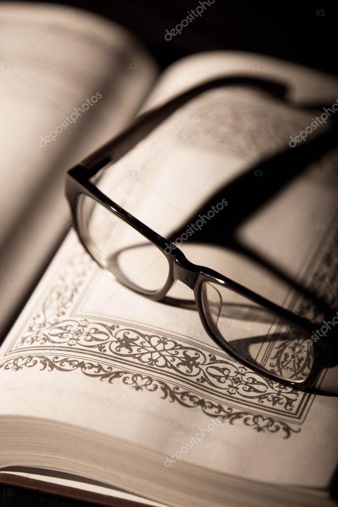 书和眼镜.复古风格