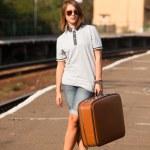 鉄道のプラットホームで内気な少女 — ストック写真