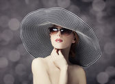Fashion women in wide hat — Stockfoto