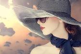 Moda mujer en ancho sombrero al amanecer — Foto de Stock