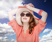 Bela garota ruiva com chapéu no fundo branco — Fotografia Stock