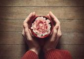 Vrouw met warm kopje thee — Stockfoto