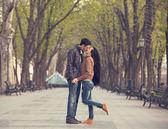 街の路地でのカップル. — ストック写真