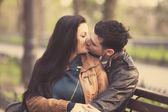 Casal beijando no banco no beco. — Foto Stock