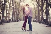 在城市的小巷里对夫妇. — 图库照片