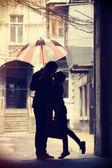 Par kyssas på uteplats — Stockfoto