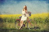Meisje op een fiets op het platteland. — Stockfoto