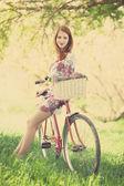 Meisje op een fiets op het platteland — Stockfoto