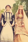 Zwei mittelalterliche ladys bei outdoor — Stockfoto
