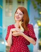 Fille rousse avec canard près de maison ancienne — Photo