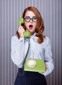 Donne con telefono verde — Foto Stock