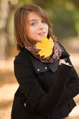 Beautiful girl at autumn park. — Stock Photo