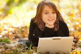 Schönheit mädchen mit laptop im freien — Stockfoto