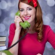 Woman at typewriter on telephone — Stockfoto