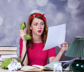 Woman at typewriter on telephone — Stock Photo