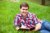 Jovem estudante com nota no exterior — Fotografia Stock