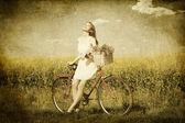 Fille sur un vélo dans la campagne. — Photo