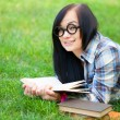 Teen girl with notebook in the park. — Foto Stock