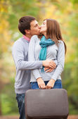 Pareja besándose al aire libre en el parque — Foto de Stock