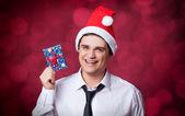 Pohledný muž s dárkem. — Stock fotografie