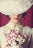 Donne bella rossa con bouquet — Foto Stock