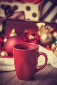 šálek kávy a dary — Stock fotografie