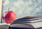 Apple and the book. — Stockfoto