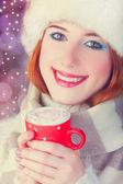 Mujer pelirroja con taza de café. — Foto de Stock
