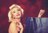 Pretty blond girl model like Marilyn Monroe with shopping bag — 图库照片