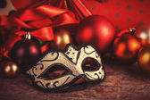 Maski karnawałowe w pobliżu prezenty. — Zdjęcie stockowe
