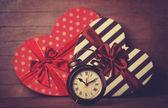 Retro klocka och gift i hjärta form i bakgrunden. — Stockfoto