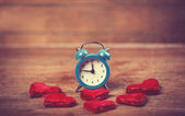 Retro alarm clock with cookie on a table — Stockfoto