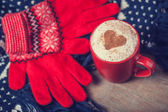 Cup with coffee and shape of the cacao heart on it and scarf. — Стоковое фото