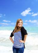 Grappig meisje op buiten in de buurt van zee — Stockfoto