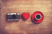 Camera, red heart and cup of a coffee. — Stock Photo