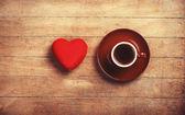 Tasse de café et la forme de coeur sur une table en bois. — Photo