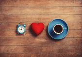 Saat, şekli kalp ve bir kahve. — Stok fotoğraf