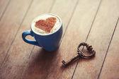 Copa com coração e chave. — Fotografia Stock