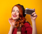 Kızıl saçlı kadın kamera eşarp ve vintage — Stok fotoğraf